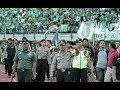 Hanya Kapolres Surabaya yang bisa Hentikan Bonek Lempar Botol Ke Lapangan - Persebaya vs Arema