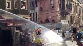 В Турции газом и водометами разгоняли гей парад