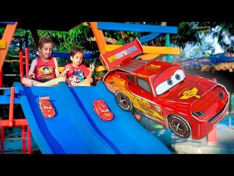 MCQUEEN dos CARROS de Papel Brincando na Pracinha - Paulinho e Toquinho para Crianças