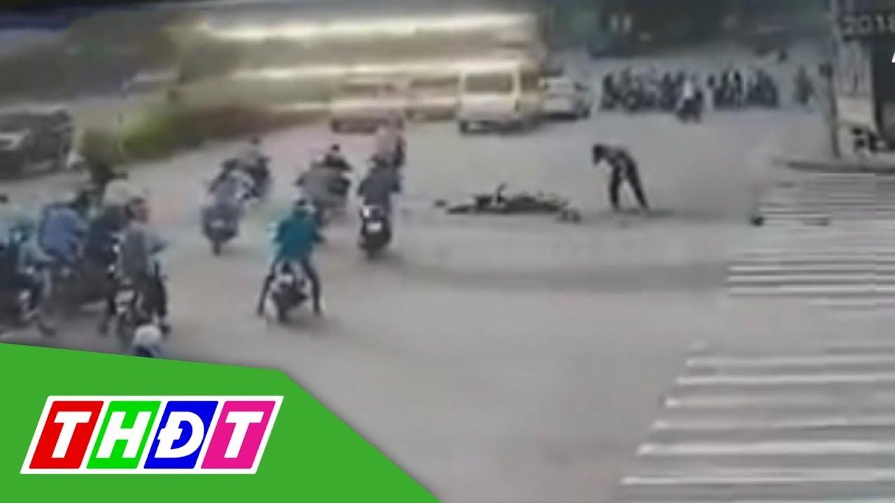 Vượt đèn đỏ bị xe tải đâm nát, tài xế Grabbike sống sót bất ngờ | THDT