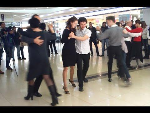 Танцевальный флешмоб в торговом центре Ставрополя