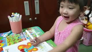 Gia Hân 2 tuổi rưỡi tự tô màu