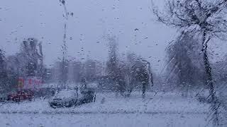 Poslech La Traviaty z radia, zatímco na okně roztávají sněhové vločky
