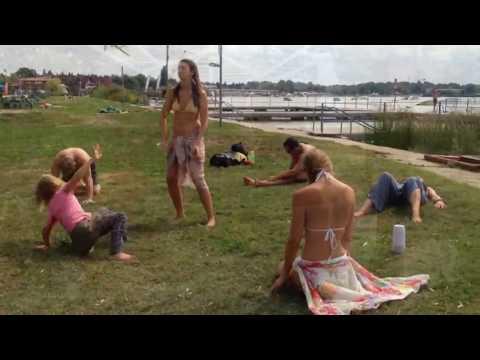 Jelek figyelése Velencén mozgás, tánc, fürdésen át az alkotás és bogracsozásig