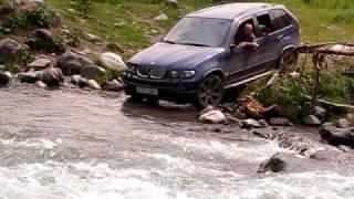 BMW X5 alabalık deresinden geçerken