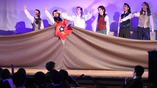 男子生徒だけで宝塚歌劇を演じる東海高校・中学「カヅラカタ歌劇団」の第17期公演、『スカーレット・ピンパーネル』。2019年10月13日(日)、東海高校講堂で上演