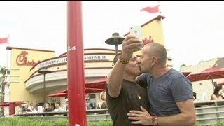 Decenas de besos gais a las puertas del restaurante antihomosexual