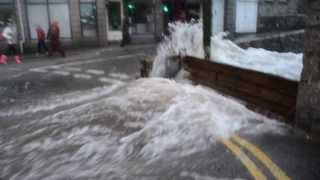 Скачать Wall Of Water Hits Newlyn Bridge