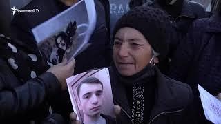 Անհայտ կորած զինծառայողների հարազատներն այսօր կրկին ՊՆ-ի առջև են, պահանջում են գտնել իրենց որդիներին