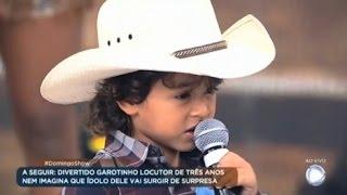 Menor locutor do Brasil se apresenta no palco do Domingo Show