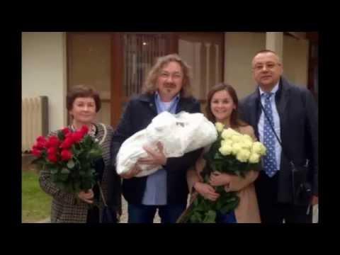 Игорь Николаев забрал жену и ребенка из роддома