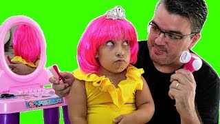 Maria Clara finge arrumar para uma festa de princesas - MC Divertida