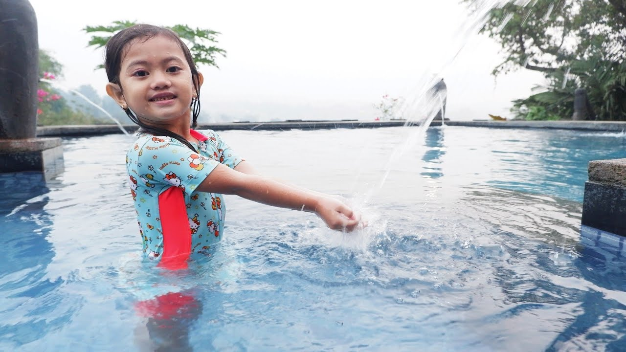 Berenang Di Atas Bukit 🥶 Dingin Banget | Salsa and Family
