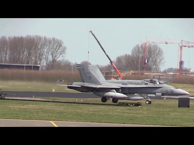 Spaanse F18 met de remmen in brand, aankomst FF18 vliegbasis Leeuwarden EHLW