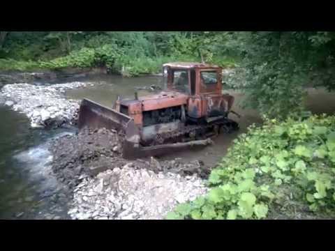 ДТ-75 прудит реку