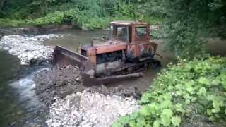 ДТ-75 прудит реку (Russian tractor rides in the river)