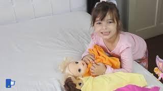 Johnny Johnny Yes Papa Laurinha and doll against pesky fly ! Laurinha tentando dormir compilation !