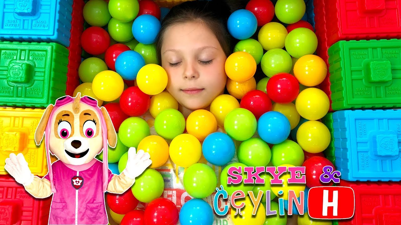 Ceylin & Skye - Colorful Ball Pool with Colorful Blocks - Learn Colors with Johnny Yes Papa ABC