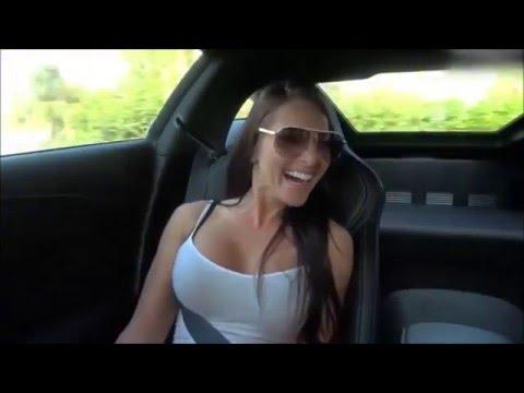 Показала сиськи в машине видео весьма