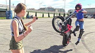 Мото девушка чуть не сбила человека выполняя трюк - Я в ШОКЕ от её вождения мотоцикла