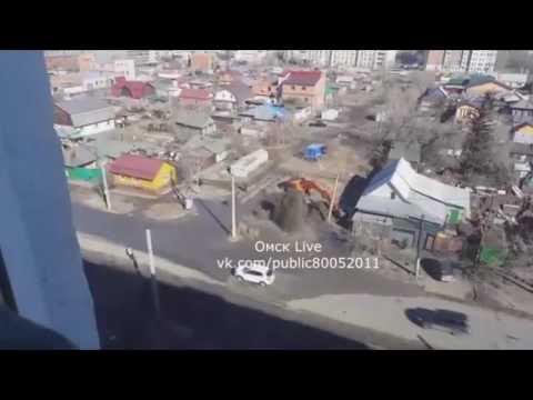 Экскаватор в Омске устроил фонтан на улице