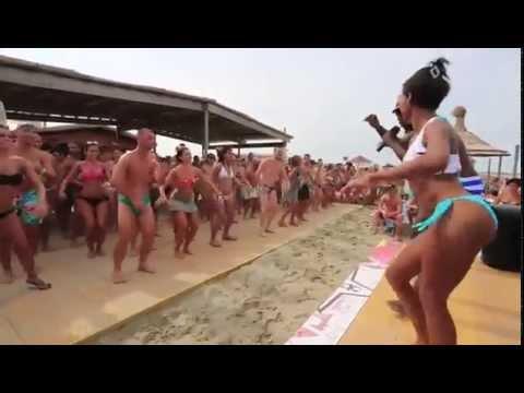Cubanos ponen a bailar a toda una playa italiana