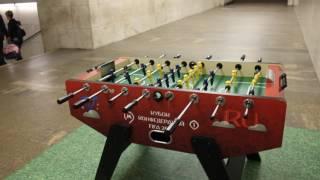 Игра настольный футбол в метро