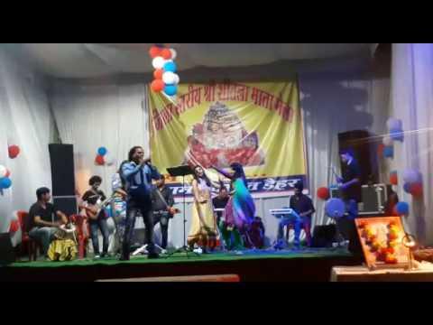 जिला स्तरीय डेहर श्री शीतला मेला की प्रथम सांस्कृत संध्या में प्रस्तुति देते पहाड़ी लोक गायक राजकुमार