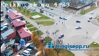 ДТП у кингисеппского рынка грузовик снес легковушку. Видео момента  удара с веб камеры K NG SEPP.RU
