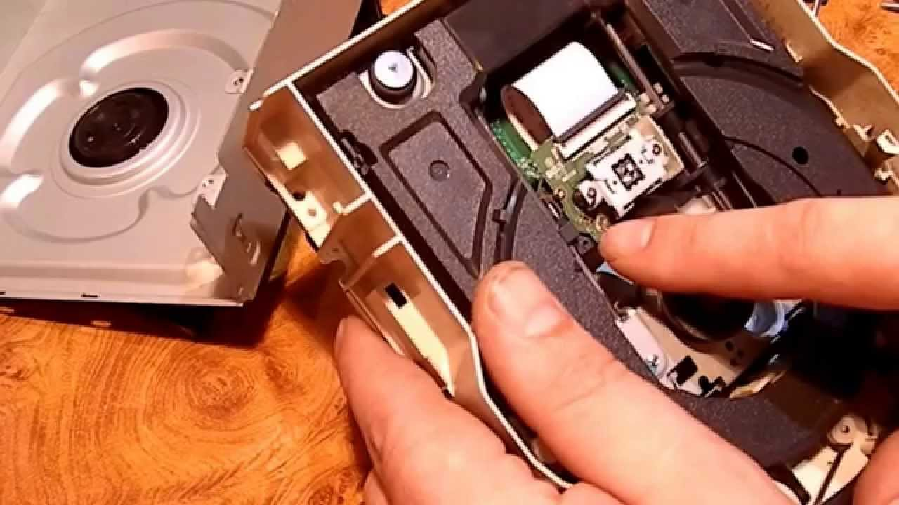 Поликарбонатный диск имеет спиральную дорожку для направления луча лазера при записи и считывании информации. С той стороны, где находится эта спиральная дорожка, диск покрыт записываемым слоем, который состоит из очень тонкого слоя органического красителя, и затем отражающим.