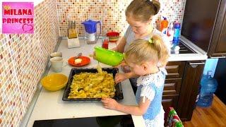 Печем с мамой шарлотку с яблоками в духовке: Рецепт приготовления шарлотки!