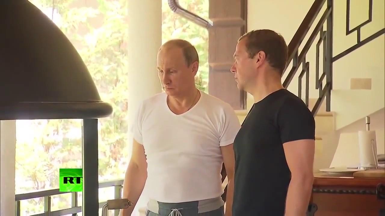 Владимир Путин и Дмитрий Медведев готовят на гриле
