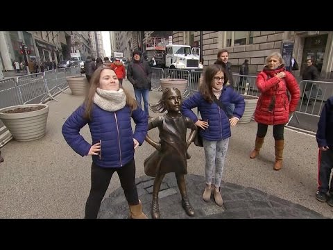 Wall Street's Charging Bull artist takes issue with Fearless Girl