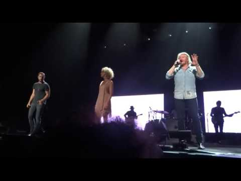 "Little Big Town Sings ""Live Forever"" Live In Greenville, SC"