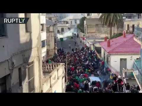 الشرطة الجزائرية تستخدم الغاز المسيل للدموع ضد المتظاهرين  - 21:53-2019 / 4 / 12
