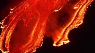 Etna, violento parossismo nella notte: le immagini spettacolari del vulcano