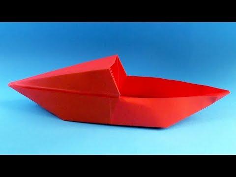 Perahu Kertas Dengan Tangan Anda Sendiri. Sebuah Kapal Terbuat Dari Kertas.