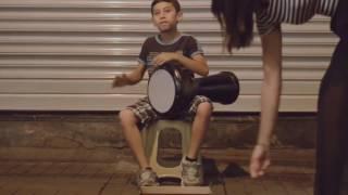 Мальчик круто играет на дарбуке