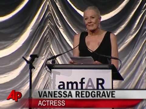 Stars Brave Snow to Honor Natasha Richardson