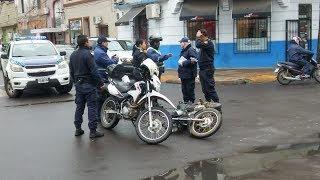 Motociclista chocó contra la puerta de un remis y fue hospitalizado