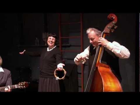 "Klezmerband Nigun speelt ""Arum dem Fayer"" in het decor van Nadien"