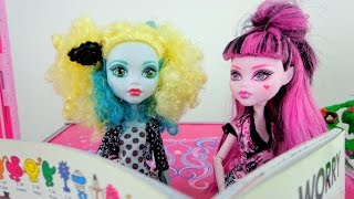 Видео для девочек. Дракулаура и Лагуна и читают книги.
