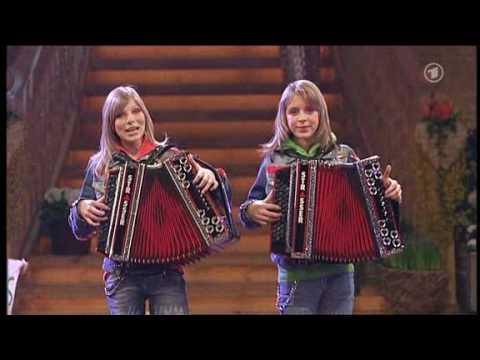 Die Twinnies - Bayernmädels - 2 Girls playing steirische harmonika on rollerskates !
