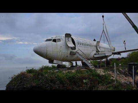 شاهد | هيكل طائرة فوق جرف صخري في إندونيسيا مخصص لاستقبال السياح…