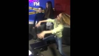 Мишель, Томми и Аришка танцуют во время эфира на radiokids Fm