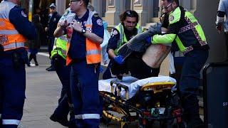 """شاهد: اعتقال مسلح طعن امرأة وطارد المارة وسط سيدني وهو يصرخ """"الله أكبر"""" """"اقتلوني"""""""