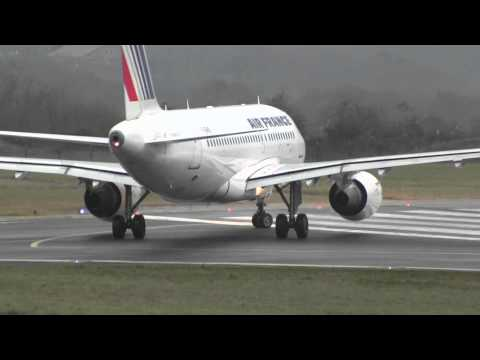 Air France Airbus A319-111 take off runway 27 at Biarritz (LFBZ)