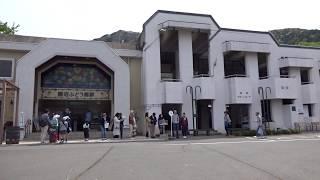 中央本線勝沼ぶどう郷駅の駅前と駅舎内改札口の風景