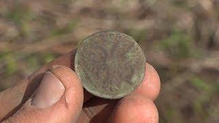 Распаханный курган, поиск старинных артефактов на картофельном поле