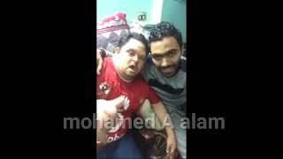 حسين الشحات لاعب مصر المقاصة واحد جمهور الاهلي يضربه بالقلم